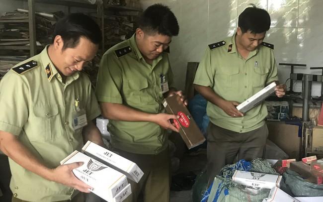 Thu giữ hơn 1500 bao thuốc lá và 90 chai Chivas 18 nhập lậu