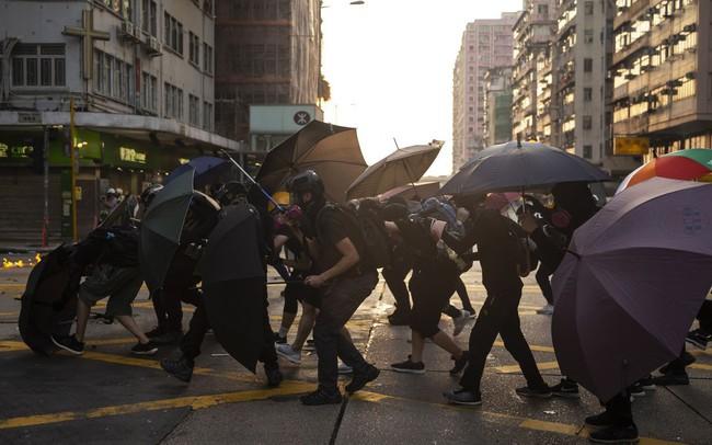 Bất ổn chính trị không ngừng căng thẳng, kinh tế Hồng Kông lún sâu vào suy thoái và không có dấu hiệu hồi phục - ảnh 1