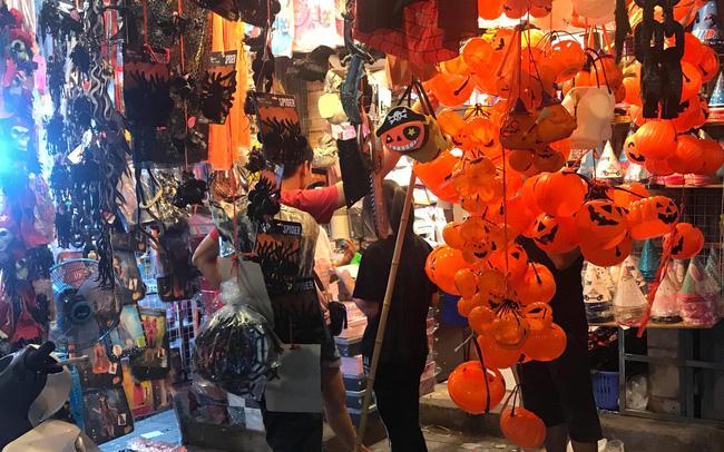 Đồ chơi ma quỷ tràn ngập phố trước ngày Halloween, người dân đổ xô đi mua sắm