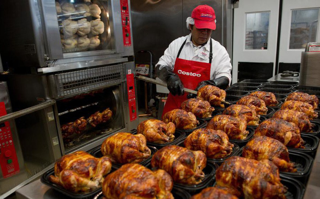 """Chiến lược gà quay của đại siêu thị Costco: Chấp nhận lỗ để giữ giá 4,99 USD, """"chơi lớn"""" xây dựng khu phức hợp tự chăn nuôi và chế biến gà"""