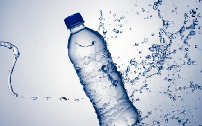 Nước sinh hoạt ô nhiễm, người dân đổ xô tìm mua nước khoáng, nước tinh khiết để nấu ăn: Liệu có ảnh hưởng tới sức khỏe?