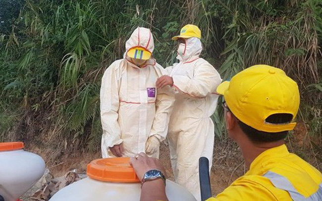 Các cán bộ của Trung tâm Ứng phó sự cố môi trường Việt Nam tiến hành xử lý tại điểm đổ dầu thải. (Ảnh: PV/Vietnam+)