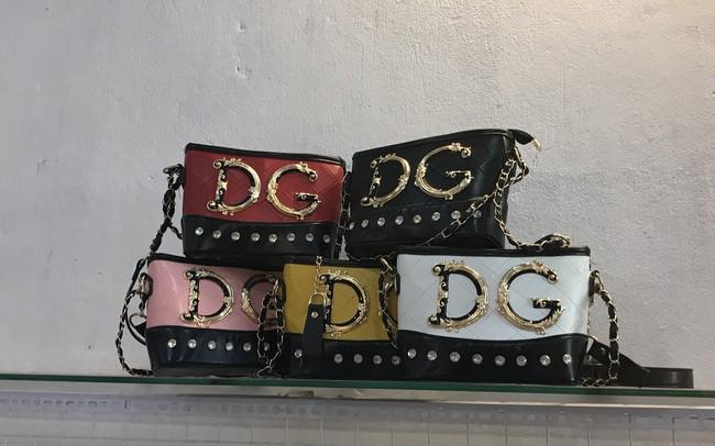 Túi hàng hiệu Gucci, Chanel, LV, Charles&Keith... giá chỉ từ 30.000 đồng/chiếc chất đống tại cửa hàng - ảnh 1