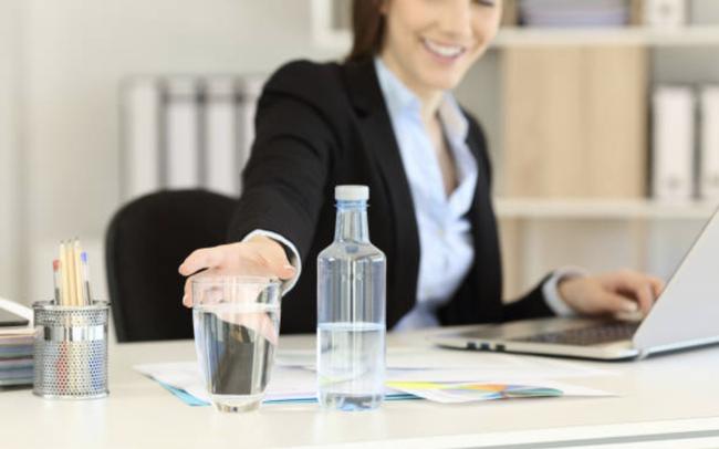 Chiến lược lạ đời của ngân hàng đắt giá nhất thế giới: Giới hạn lượng nước uống, lưu lượng internet nhân viên sử dụng, muốn dùng phòng họp phải trả tiền!