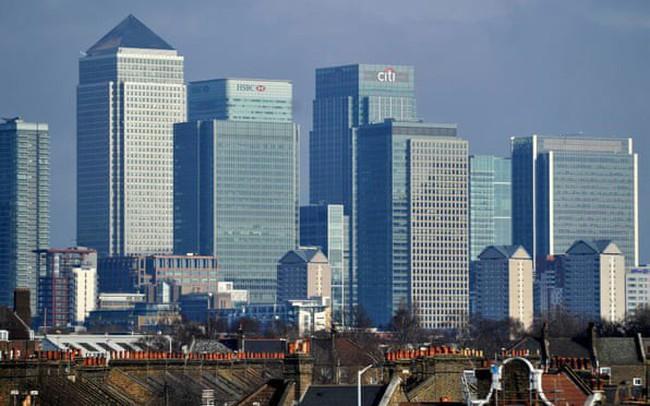 Nhân viên ngân hàng Anh đứng trước nguy cơ bị cắt giảm tiền thưởng vì lương quá cao