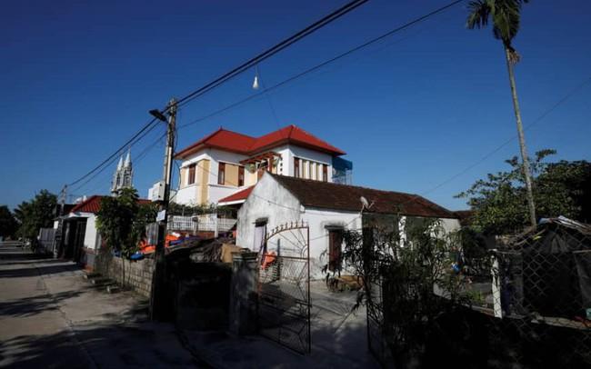 Reuters: Vì sao có những người Việt bán nhà, bán đất để đi Tây? - ảnh 1
