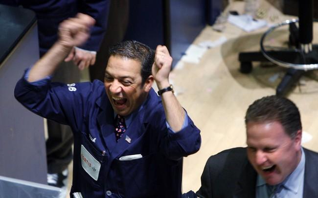 Fed hạ lãi suất, chứng khoán Mỹ bất ngờ bứt phá, S&P 500 chạm đỉnh lịch sử