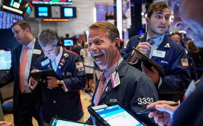 Kỳ vọng Fed hạ lãi suất tăng cao, Dow Jones bật tăng gần 400 điểm