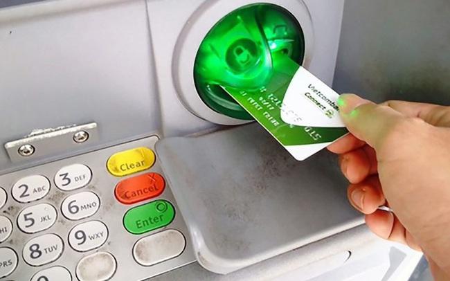 Vietcombank giảm phí rút tiền qua ATM ngoài hệ thống
