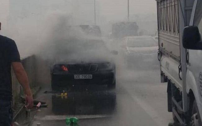 Hà Nội: Ô tô Mercedes bất ngờ bốc cháy trên đường vành đai 3 trên cao