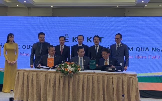 Vietcombank chính thức ký hợp đồng độc quyền 15 năm phân phối bảo hiểm với FWD