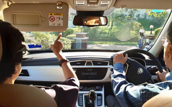 Thủ tướng 94 tuổi của Malaysia lái xe chở vợ đi hẹn hò cuối tuần