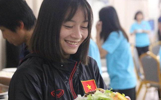 Sau scandal bị bỏ đói, tuyển nữ Việt Nam hạnh phúc với bữa buffet hoành tráng của khách sạn nhưng vẫn xác nhận: Món ngon nhất vẫn là đồ ăn mang từ nhà đi