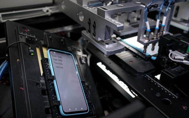 """Kỹ sư VinSmart """"đập đi xây lại"""" nghìn chiếc điện thoại trước khi ra sản phẩm hoàn thiện"""