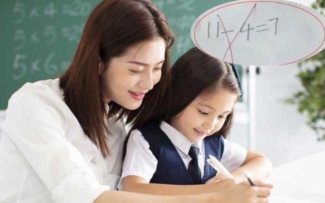 """Học sinh lớp 1 trả lời """"11 - 4 = 7"""" bị đánh giá là sai, phụ huynh phẫn nộ tìm giáo viên thì nhận được lời giải thích bất ngờ"""