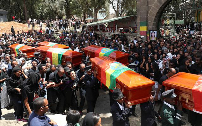 """Thảm cảnh gia đình các nạn nhân chết trong tai nạn Boeing 737 MAX: Bị quấy rối ngay cả trong đám tang bởi những kẻ tự xưng """"công ty luật của Mỹ"""""""
