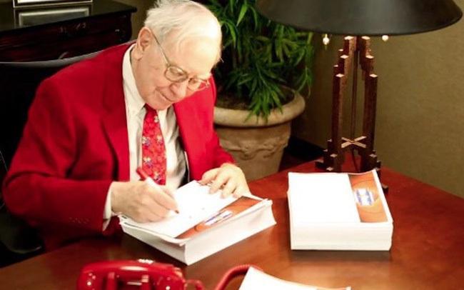 Cưới xong mới biết bố chồng là tỷ phú, con dâu Warren Buffett liền in luôn báo cáo tài chính của công ty riêng làm quà Giáng sinh cho ông