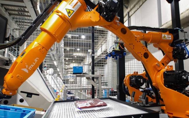 Uniqlo vận hành robot phân loại, đóng gói, gập quần áo để thay thế toàn bộ con người ở nhà kho