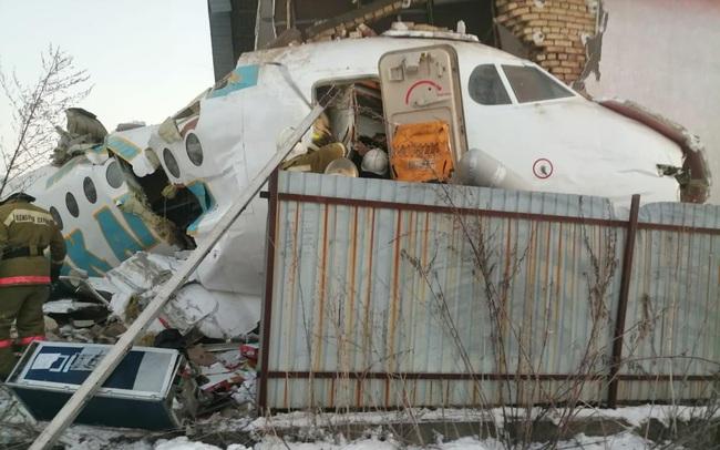 Máy bay chở 100 người đâm đổ nhà vì mất độ cao, hàng chục người thoát chết thần kỳ