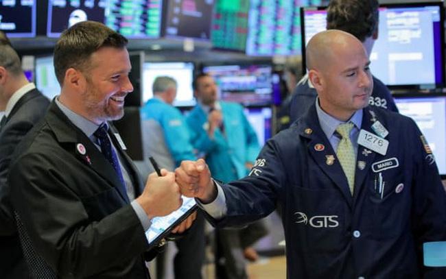 Nhà đầu tư 'tranh thủ' chốt lời để nghỉ lễ, Dow Jones bất ngờ giảm gần 200 điểm