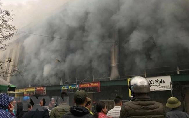 Bắc Ninh: Cháy Trung tâm thương mại ở thị xã Từ Sơn, khói đen mù mịt