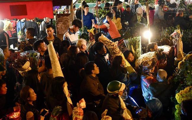 Người dân chen chúc đi mua hoa tại chợ Quảng An, giao thông qua chợ ùn tắc kéo dài