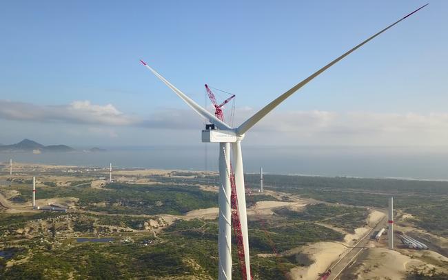 """Nhà máy Phương Mai 3 ghi """"dấu ấn"""" với cánh quạt điện gió đầu tiên trên bầu trời Bình Định"""