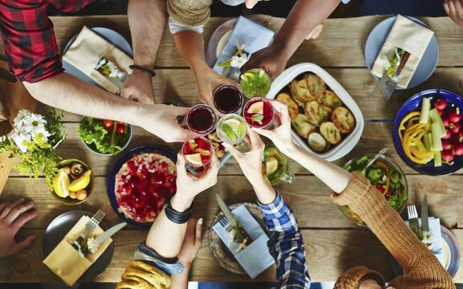Trót mê những cuộc vui với bạn bè, làm sao để vợ vẫn tươi cười khi trở về sau những bàn tiệc?