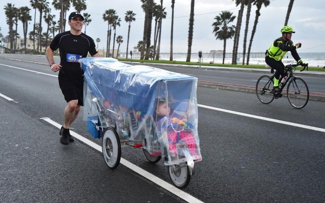 Kiên trì đẩy 5 đứa con trên quãng đường marathon dài 43 km, ông bố Mỹ khiến cư dân mạng thán phục đến rơi nước mắt khi biết lý do đằng sau