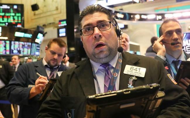 Cổ phiếu ngành ngân hàng sụt giảm sau thông báo mới từ Fed, khiến Dow Jones mất hơn 140 điểm