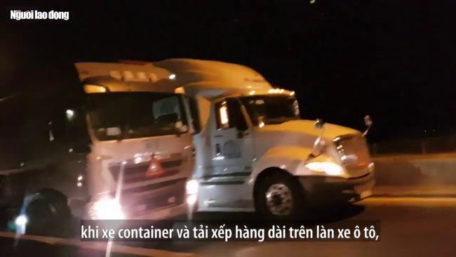 [VIDEO] - Ôtô biển số nước ngoài vô tư đi vào làn xe máy trên cầu Phú Mỹ