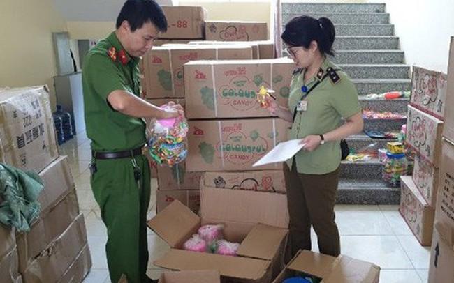 Phát hiện 5,5 tấn bánh kẹo và đồ chơi không rõ nguồn gốc đang trên đường vận chuyển đi tiêu thụ