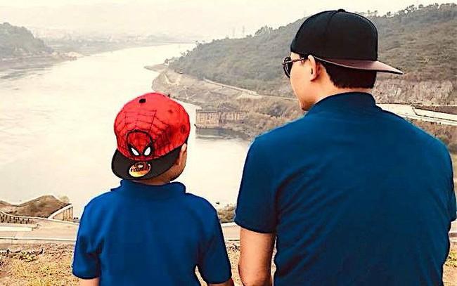 """Bài học làm người bác sĩ BV Việt Đức gửi con trai: """"Cha mẹ chỉ để lại cho con kiến thức, trí tuệ và lòng yêu thương. Con hãy tự tu dưỡng để trở thành người tử tế, đừng để xã hội phải dạy con"""""""