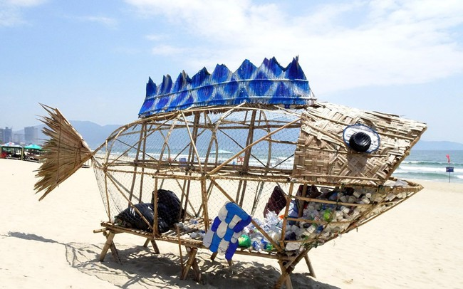 Cá bống khổng lồ 'ăn' rác thải nhựa trên bãi biển Đà Nẵng