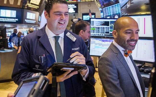 Dow Jones hồi phục mạnh sau cú giảm 600 điểm, chứng kiến phiên khởi sắc nhất từ tháng 4
