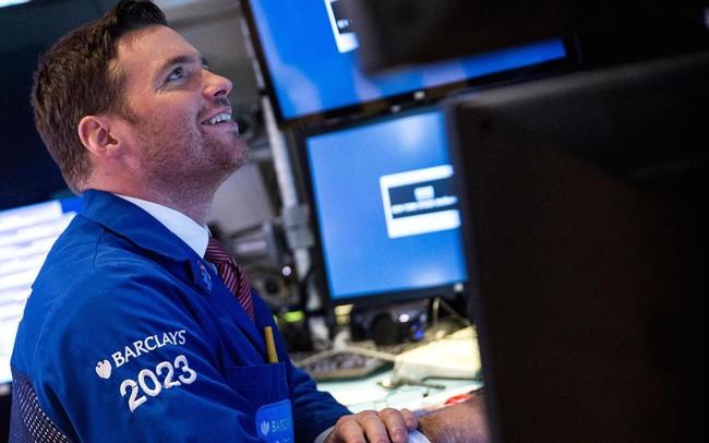 Dow Jones tăng hơn 100 điểm, bù đắp cho đà giảm 190 điểm của phiên trước sau khi ông Trump hoãn áp thuế đối với ô tô của châu Âu