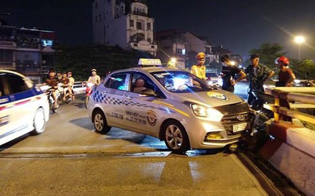 Hà Nội: Lái xe taxi ngủ gật đâm vỡ thành cầu Chương Dương