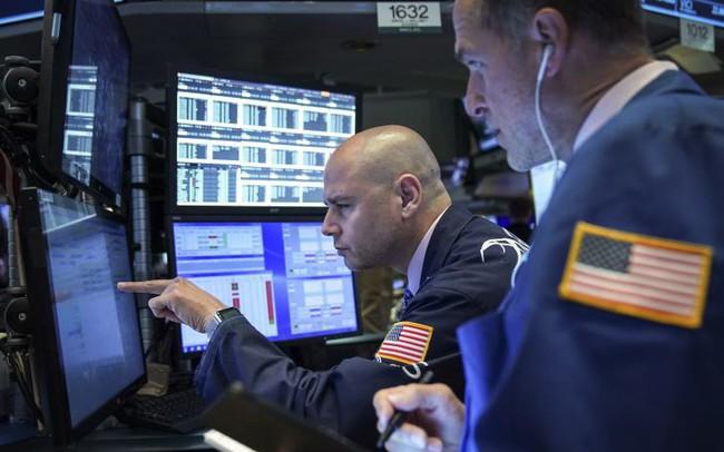 Dow Jones giảm gần 250 điểm khi các nhà đầu tư lo ngại rằng chiến tranh thương mại gây ảnh hưởng nặng nề đến nền kinh tế