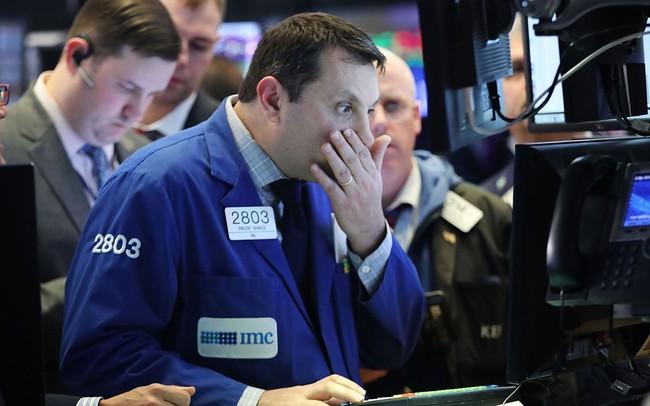 """Chứng khoán Mỹ rung lắc vì bán tháo, Dow Jones """"bay"""" gần 500 điểm và thủng 26.000 điểm"""