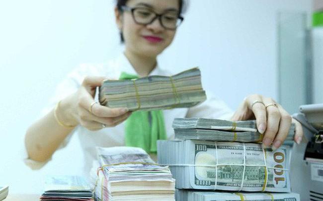 Tỷ giá ngân hàng tiếp tục leo dốc, Vietcombank đẩy giá USD lên 23.460 đồng