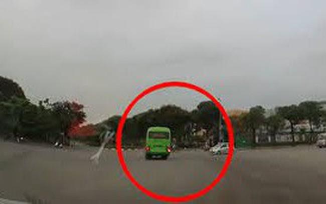 Kinh hoàng ô tô con phóng nhanh đâm ngang xe khách tại ngã tư