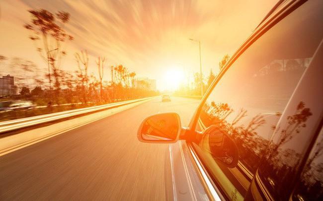 Đỗ xe dưới trời nắng nóng tàn phá ô tô như thế nào? - ảnh 1