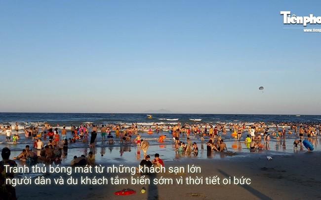 Nắng nóng đỉnh điểm, biển Đà Nẵng đông nghịt người giải nhiệt