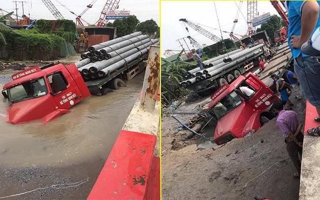 'Hố tử thần' nuốt chửng đầu xe container ở Hà Nội