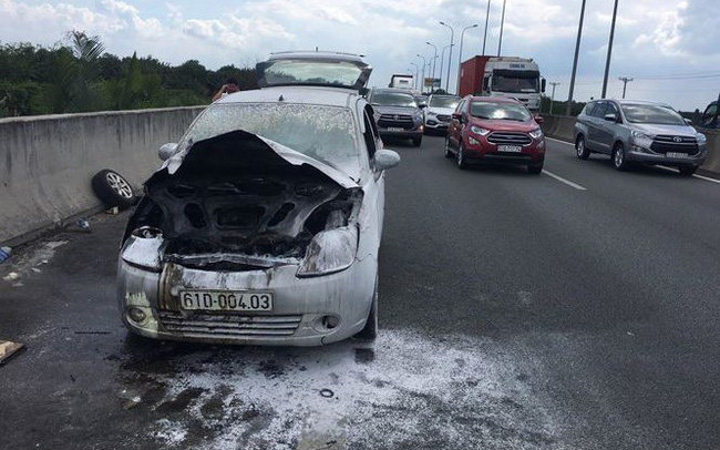 Ô tô cháy ngùn ngụt trên cao tốc TPHCM – Dầu Giây