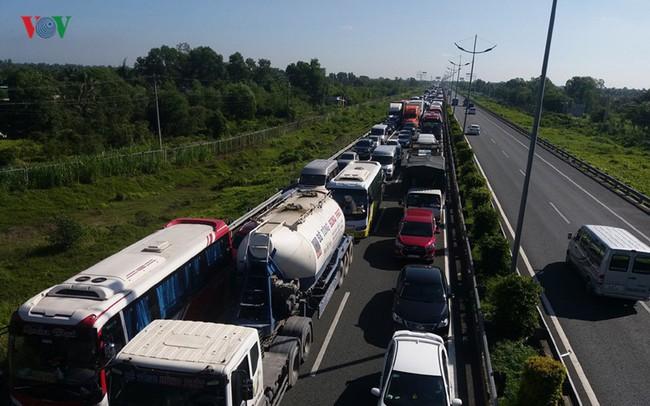 7 ô tô tông liên hoàn trên cao tốc, hơn 100 người thoát nạn
