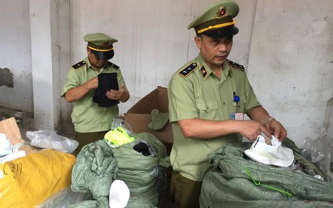 """Thu giữ gần 300 đôi giầy Adidas, Nike do Trung Quốc sản xuất gắn mác """"Made in Vietnam''"""