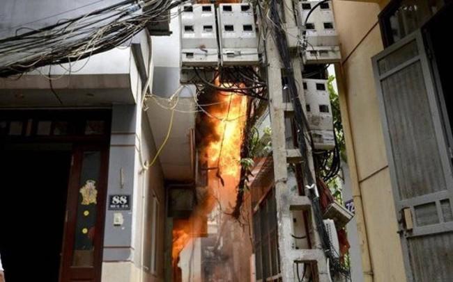 Hà Nội: Cháy ở khu Văn Công- Mai Dịch, một cháu bé được cứu thoát