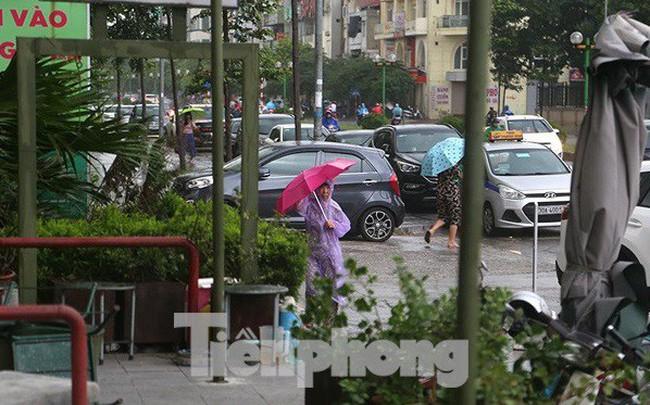 Hà Nội nổi mưa dông sau ngày đầu tuần nắng như đổ lửa