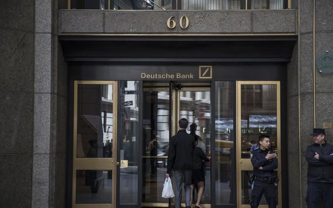 Thảm cảnh của ngân hàng Deutsche Bank: Văn phòng trống trơn, ngổn ngang giấy tờ, nhân viên ra ngoài uống bia dù đang là giữa buổi sáng, sếp thờ ơ không quan tâm